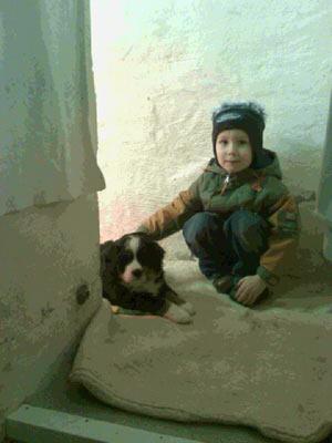 Gretchen 5 Wochen alt mit Vasco 4 Jahre alt.